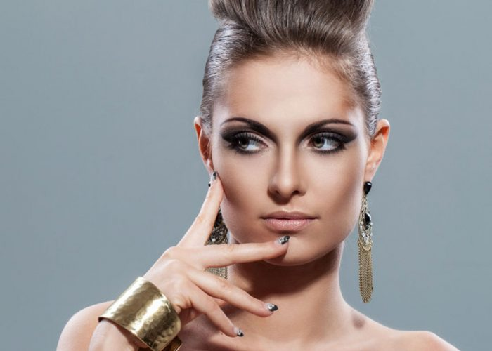 belle-jeune-femme-du-maquillage-soiree