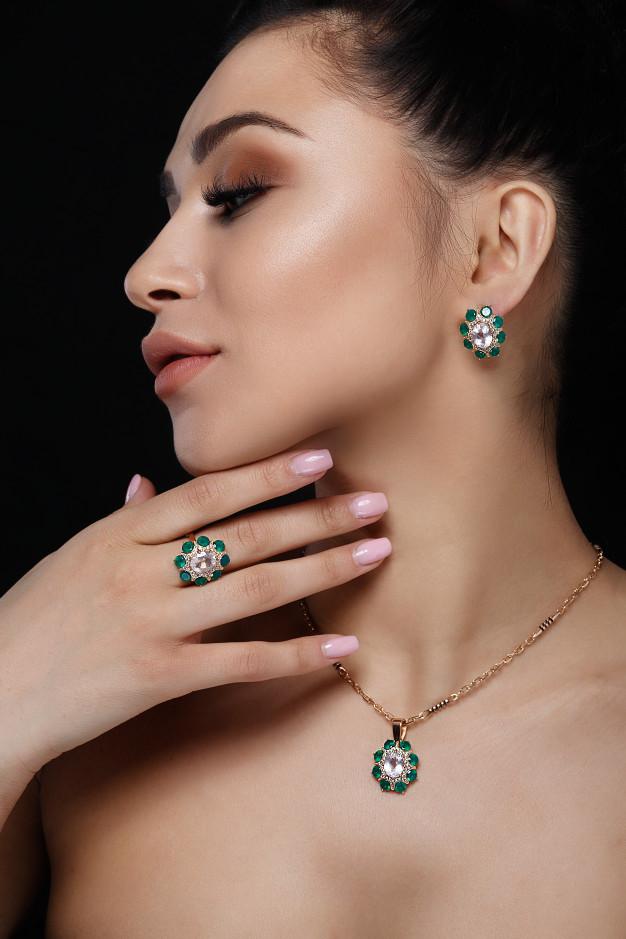 charmant-modele-cheveux-noirs-montre-riches-boucles-oreilles-or-collier-bague_8353-5040
