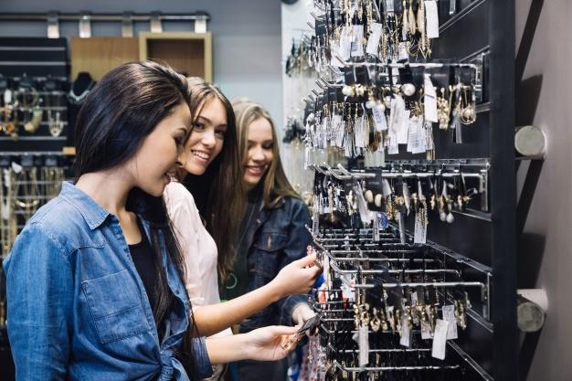 jolies-filles-magasin-s-amusent