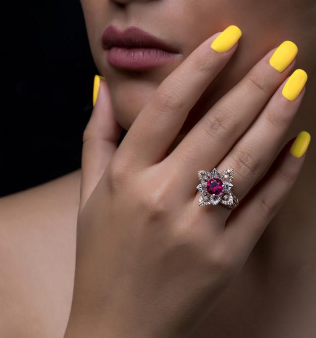 main-femme-bague-diamant-forme-fleur-pierre-blanche-bordeaux_140725-661